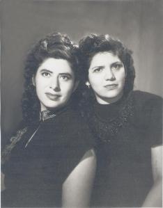 Carmen Amaral y Linda Torres cuando eran jovencitas